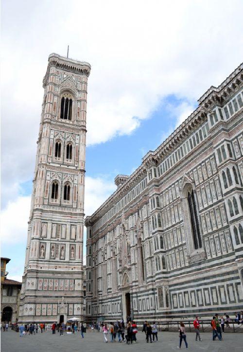 Строительство колокольни началось в 14 в. архитектором Джотто