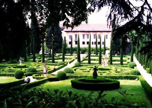 """Точёные кипарисы в парке """"Giardino Giusti"""""""