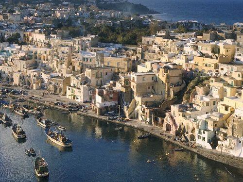 Неаполь сильно отличается от всех итальянских городов