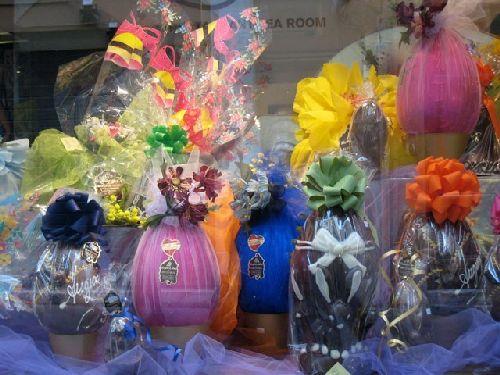 Пасхальные яйца-сувениры на полках магазинов Рима