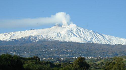 Величественная Этна первая встречает своих гостей, приехавших на Сицилию