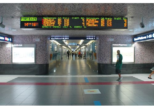 Внутри вокзала, табло расписания