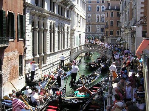 В июле в Венеции очень жарко, но ни зной, ни затхлый запах цветущей воды никоим образом не влияют на популярность города в это время