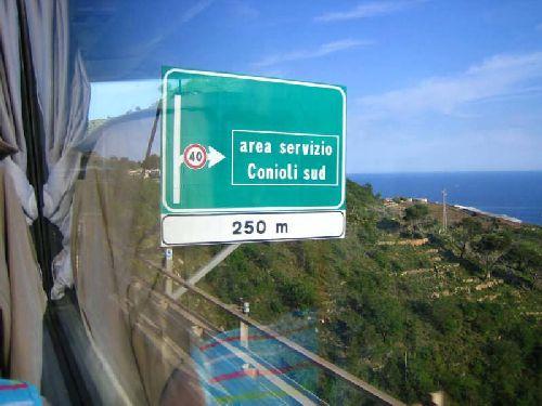 В Италии отличные дороги, и удобные дорожные знаки, даже в самых неудобных местах! (Фото с ice-nut.ru)