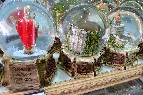 Посещая Рим Вы вряд ли пройдете мимо Ватикана, где непременно стоит приобрести пару сувениров! (Фото с restbee.ru)